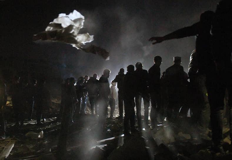 Гянджа. Местные жители возле жилого дома, разрушенного ракетным ударом