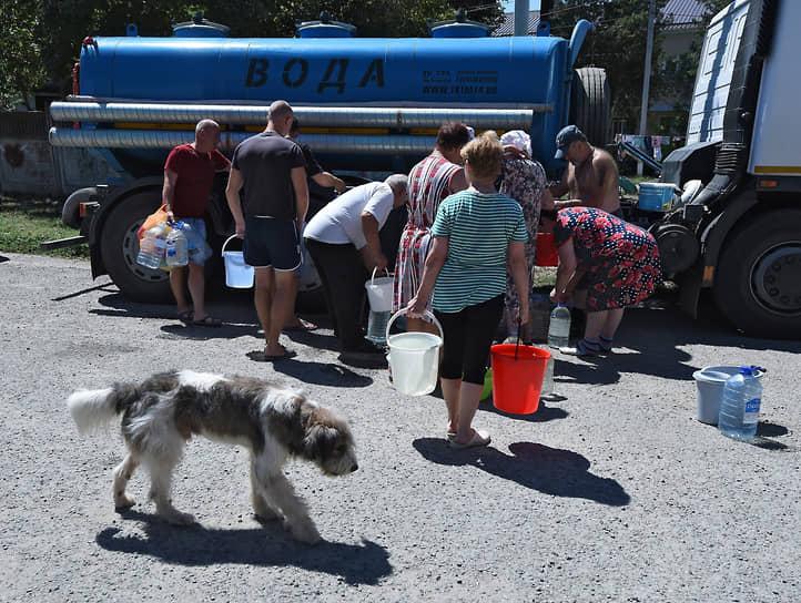 Жители Симферопольского района в очереди за водой