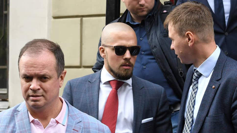 Адвокаты Иван Павлов (слева), Дмитрий Кавчев (второй слева) и Евгений Смирнов (справа)