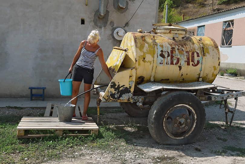 Крымские власти в последнее время рассматривали самые разные варианты решения проблемы — от экспериментальных авиационных работ по искусственному вызову осадков до опреснения морской воды