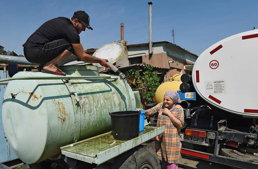 Сейчас порядка 30 населенных пунктов Крыма переведены на режимное водоснабжение или на подвоз воды