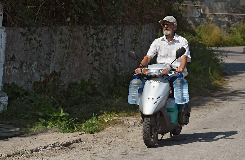 Местные жители с канистрами ездят за питьевой на горные родники