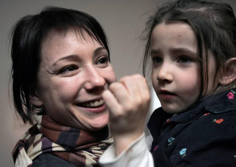 Старшая дочь актрисы Арина Волкова (на фото) помогает ей заниматься благотворительностью. В средних классах девочка организовывала в школе благотворительные ярмарки, в которых участвовали школьники и их родители. Всего у Чулпан Хаматовой три дочери — Арина, Ася и Ия