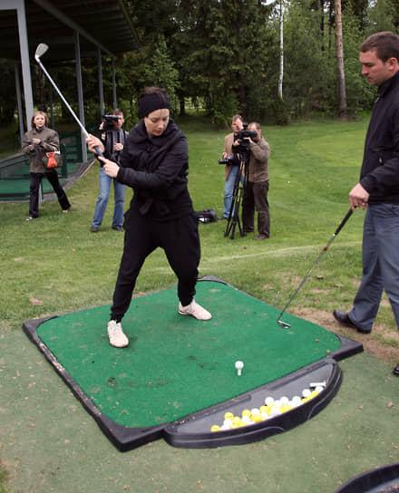 «В мужской природе — любить только себя. Прерогатива женщины — любить другого человека больше, чем себя. Потому, наверное, что мы рожаем детей, а они — нет. От этого все наши различия и противоречия»,— считает актриса. <br> На фото: Чулпан Хаматова на благотворительном турнире по гольфу
