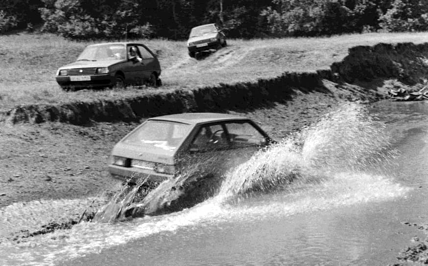 """«Таврия» позиционировалась как очень экономичный автомобиль. В 1989 году <a href=""""/doc/4512541"""">был выпущен рекламный ролик</a> для западного рынка, в котором водитель заправляет «Таврию» из своей зажигалки. Этот ролик завоевал в Каннах «Бронзового льва» в номинации «торговая реклама»"""