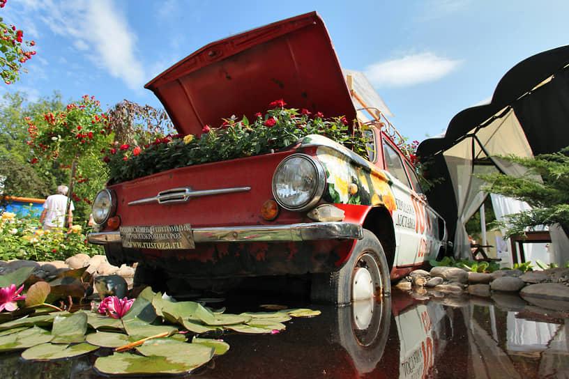 «Запорожец»-клумба на Московском международном фестивале садов и цветов Moscow Flower Show в парке Горького