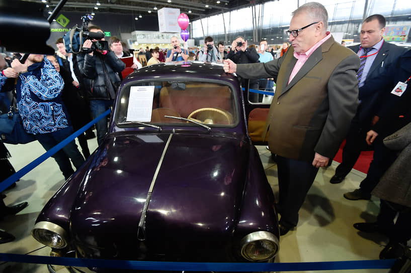 Лидер ЛДПР Владимир Жириновский рядом с «Запорожцем» на выставке ретроавтомобилей в павильоне центра «Сокольники»