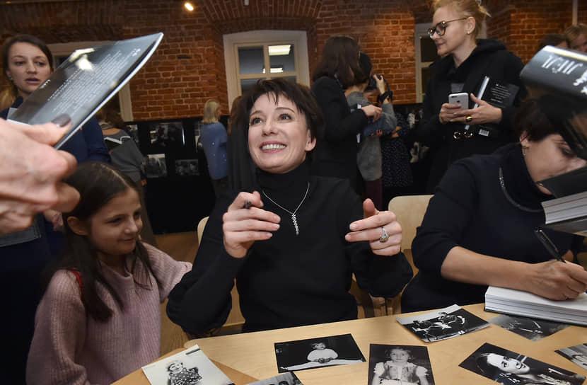 В 2018 году вместе с Катериной Гордеевой актриса выпустила книгу «Время колоть лед» о работе фонда «Подари жизнь»