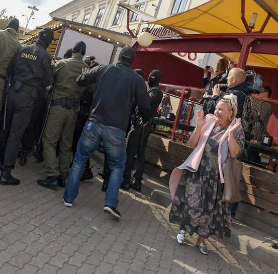 12 сентября. Минск, Белоруссия. Участница оппозиционного «Женского марша» в центре города