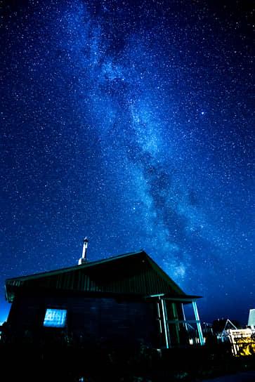 25 сентября. Деревня Вершинино, Архангельская область. Полярное сияние в небе над домом