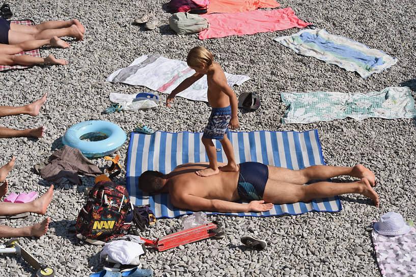 26 сентября. Ялта, Крым. Отдыхающие на арт-пикнике «Люди моря», знаменующем переход от пляжного сезона к рыболовному