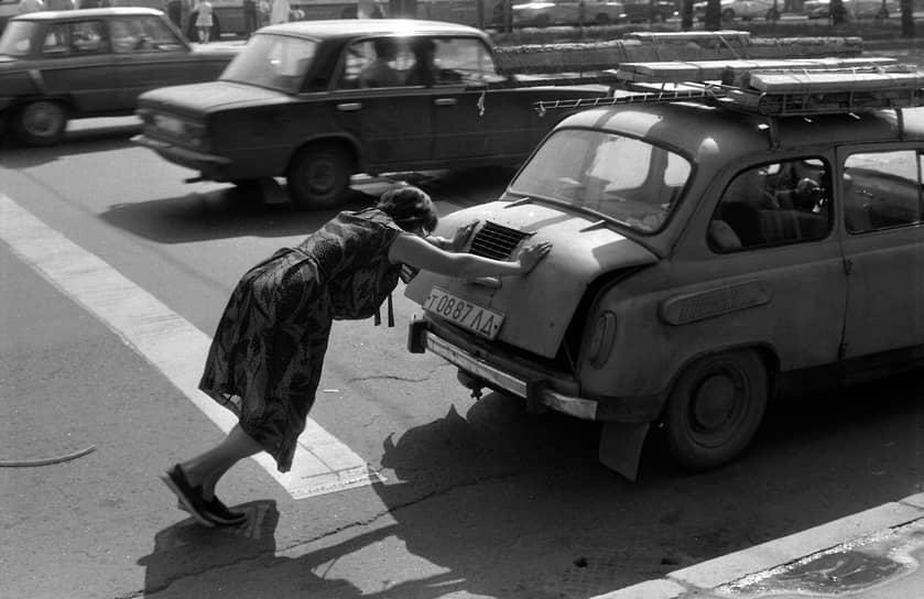 По легенде, цена автомобиля определялась как совокупная стоимость тысячи бутылок водки (по 1,80 руб.). Автомобиль можно было купить примерно за 20 средних по стране зарплат. «Запорожец» стоил в три раза дешевле «Волги». Для многих граждан СССР он стал первым автомобилем в семье