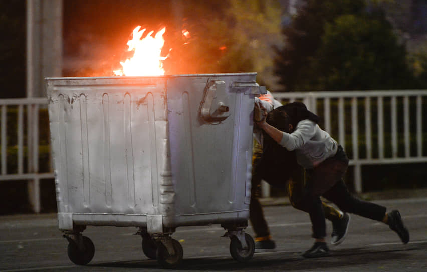 В ночь с 5 на 6 октября протестующие в Бишкеке ворвались в здание Белого дома, где расположен парламент и администрация президента Киргизии