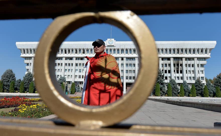 По словам исполняющего обязанности главы МВД республики Курсана Асанова, более 5 тыс. дружинников помогают обеспечивать порядок в Бишкеке, случаев мародерства не зафиксировано