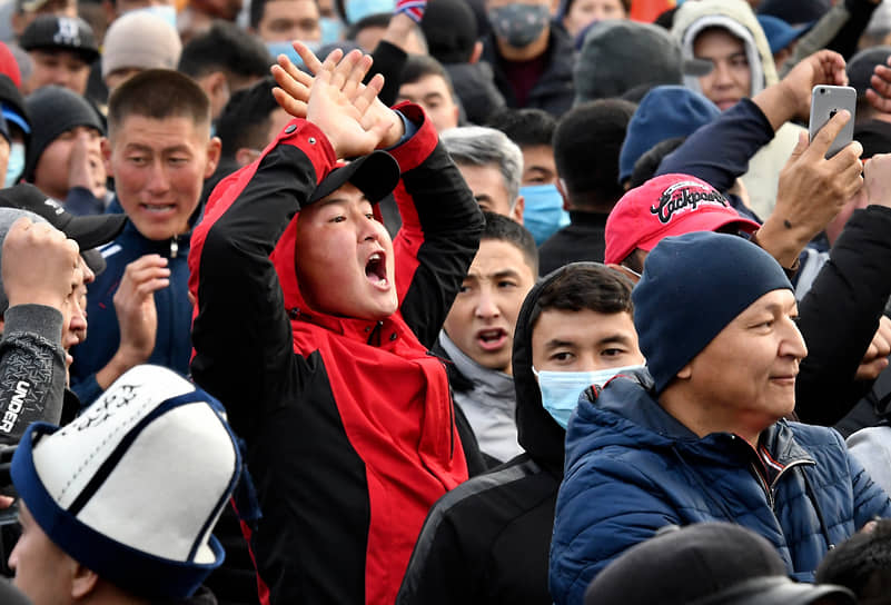 Протестующие на центральной площади Бишкека