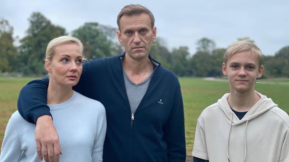 Оппозиционный политик Алексей Навальный с женой и сыном