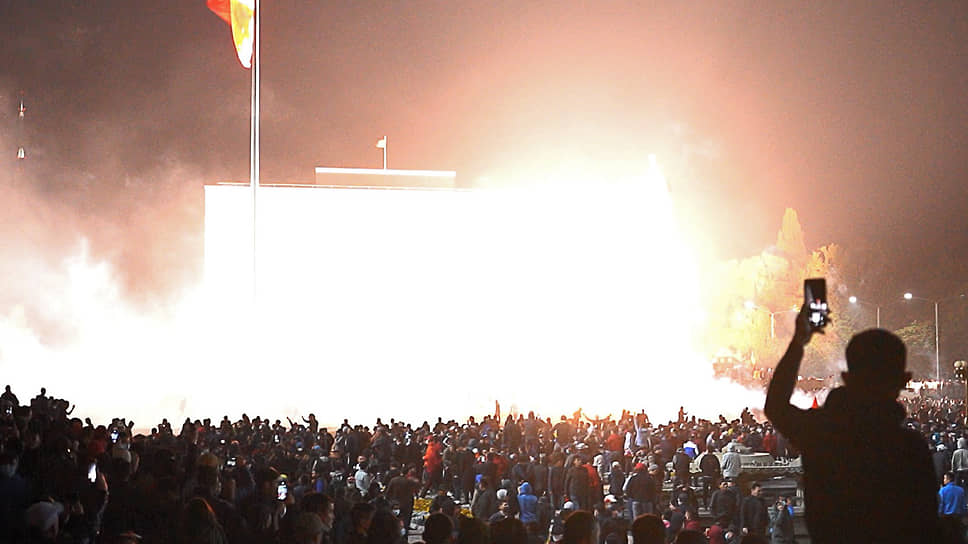По данным Минздрава республики, в результате ночных беспорядков один человек погиб, более 1 тыс. пострадали