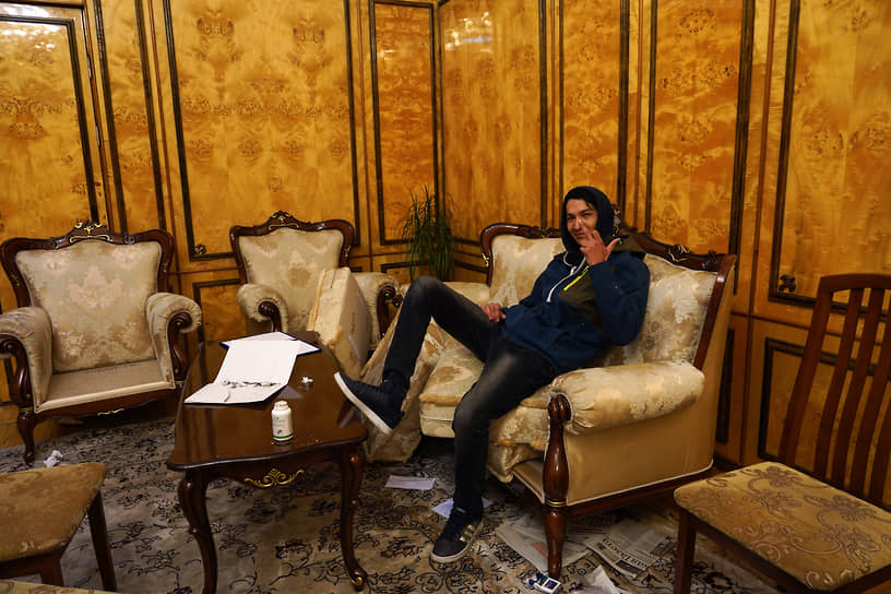 Ранее в июне Алмазбек Атамбаев, руководивший Киргизией в 2011–2017 годах, получил 11 лет и 2 месяца колонии строгого режима за незаконное освобождение в 2013 году криминального авторитета Азиза Батукаева <br>На фото: протестующий в захваченном здании парламента