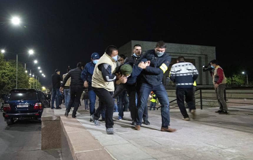 Митингующие в ходе штурма здания парламента забрасывали сотрудников милиции бутылками с зажигательной смесью и камнями