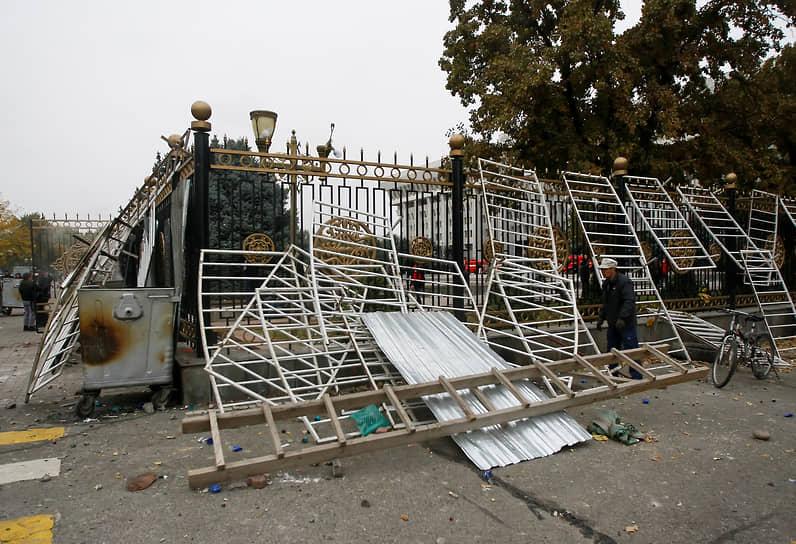 Утром 6 октября президент Киргизии Сооронбай Жээнбеков заявил о попытке захвата власти в республике «некоторыми политическими силами», при этом утверждая, что силовики по его распоряжению не открывали огонь, чтобы не подвергать опасности жизнь граждан