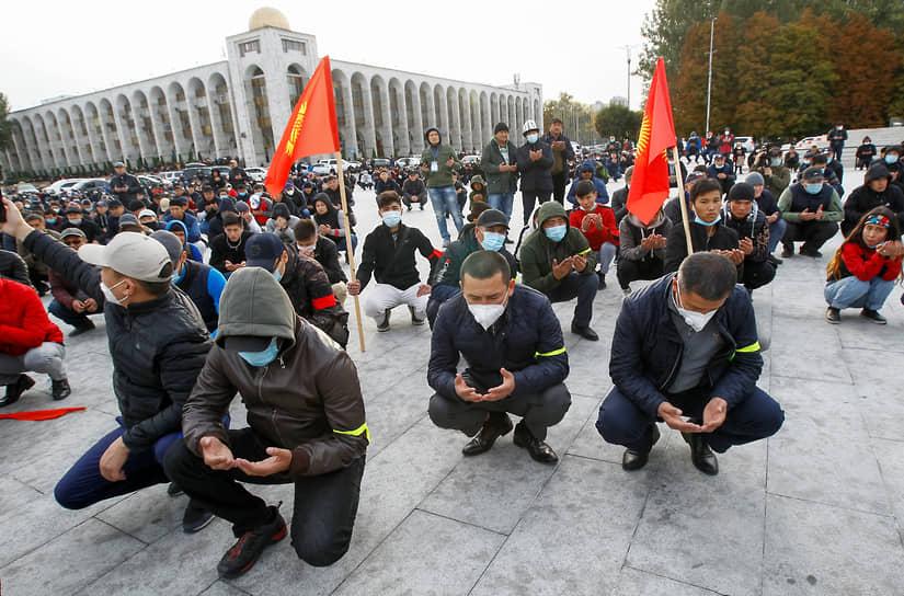 Демонстранты во время молитвы