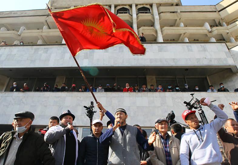 15 октября на фоне протестов сторонников нового премьера Садыра Жапарова, президент Сооронбай Жээнбеков подал в отставку. Свое решение он объяснил нежеланием «проливать кровь» и «стрелять в собственных граждан»