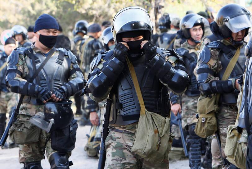 После отставки президента, сторонники Садыра Жапарова потребовали отставки парламента <br>На фото: сотрудники правоохранительных органов Киргизии возле государственной резиденции Ала-Арча
