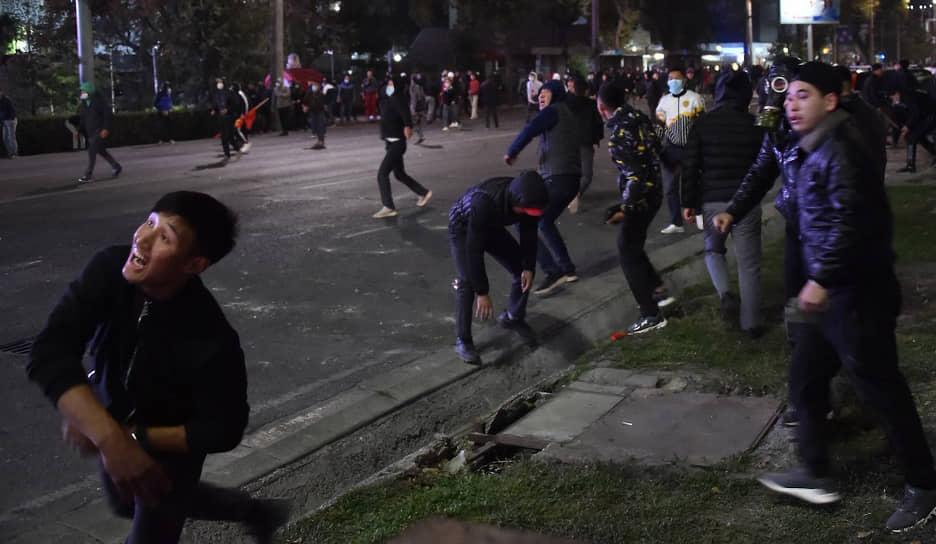 5 октября в столице республики Бишкеке сторонники проигравших парламентские выборы партий вышли на митинг, который позже перерос в массовые беспорядки