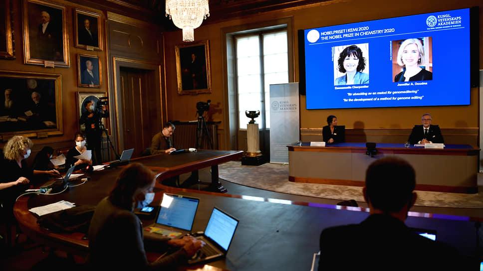 Французский микробиолог Эмманюэль Шарпантье и американский биохимик Дженнифер Дудна (на экране)