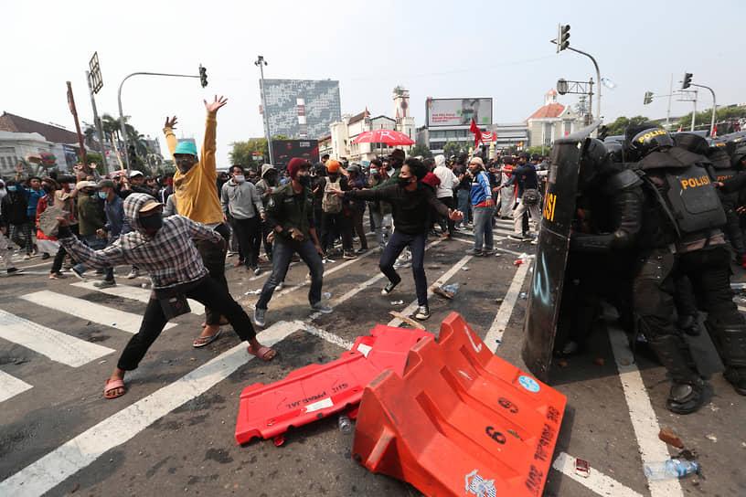 Джакарта, Индонезия. Столкновения протестующих с полицией