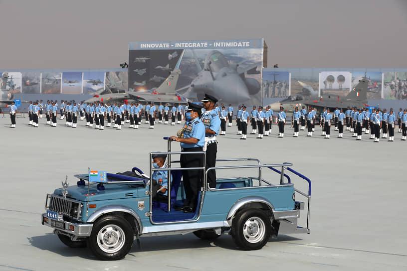 Газиабад, Индия. Главнокомандующий ВВС республики Ракеш Кумар Сингх во время парада