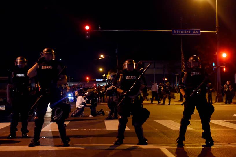 Миннеаполис, США. Полицейские задерживают женщину