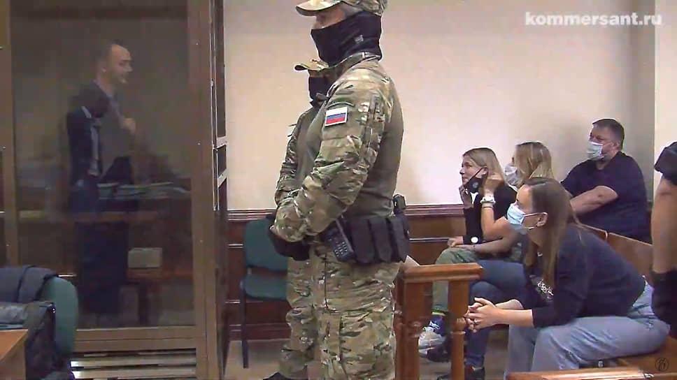 Заседание прошло в закрытом от публики режиме, родственников и журналистов допустили только на оглашение постановления