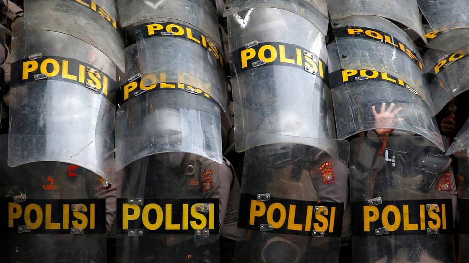 Джакарта, Индонезия. Полицейские во время акции протеста против закона о создании рабочих мест