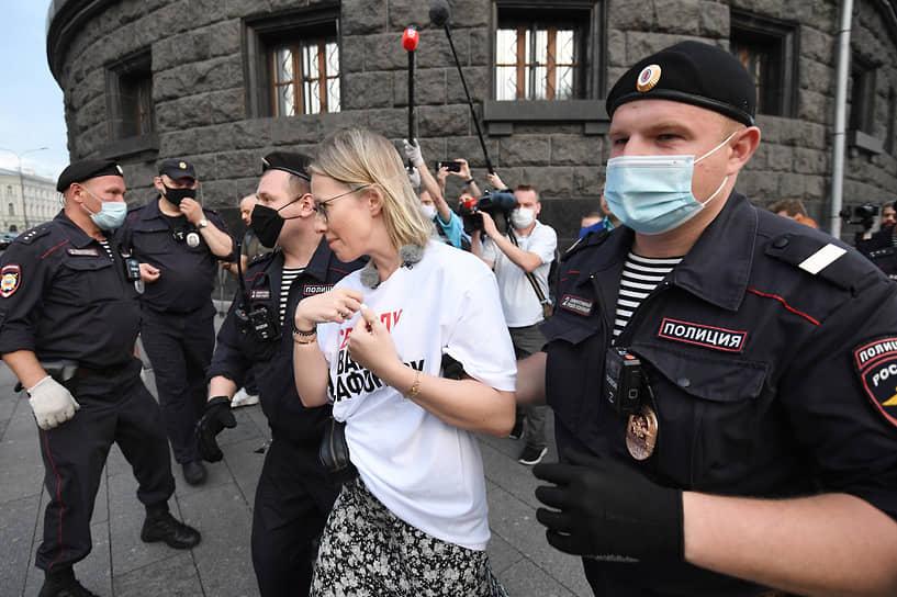 """Всех участников пикетов, около 30 человек, задержали. Среди них были журналисты """"Ъ"""", «Ведомостей», «Проекта» и Reuters, правозащитники из «Трансперенси Интернешнл Россия»<br> На фото: задержание телеведущей Ксении Собчак"""