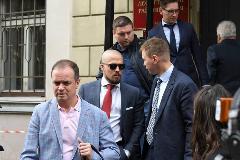 До 1 сентября адвокат Иван Павлов (слева) оставался единственным из пяти защитников Ивана Сафронова, кого следствие не успело ограничить в праве разглашать информацию по делу. Однако затем следователь предупредил и его об уголовной ответственности за разглашение данных предварительного расследования