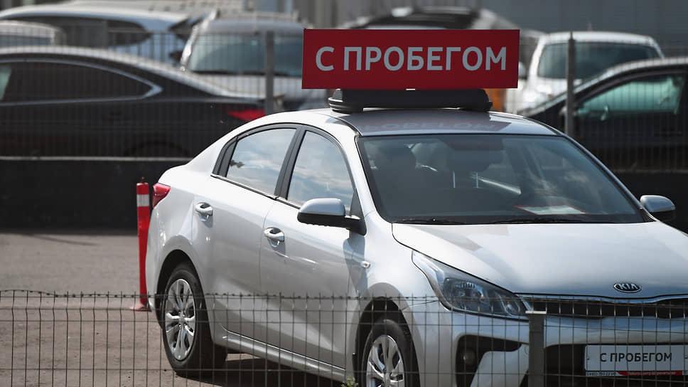 Подержанные машины выехали на падении рубля  / Цены на них продолжают расти