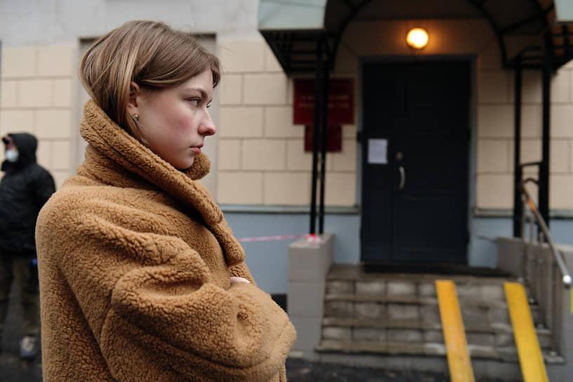2 марта 2021 года Лефортовский суд по просьбе следствия продлил арест до 7 мая. Заседание суда проходило в закрытом режиме. Разрешили прийти только двум близким – невесте Ксении Мироновой (на фото) и сестре Ирине Сафроновой