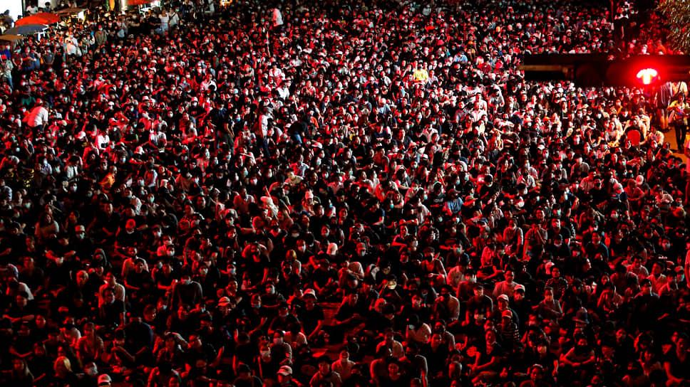15 октября тысячи людей собрались на антиправительственную акцию протеста возле торгового центра Central World в Бангкоке