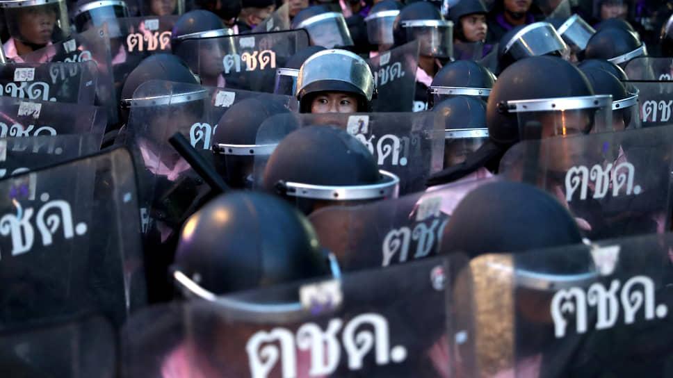 Бангкок, Таиланд. Полицейские во время антиправительственной акции протеста