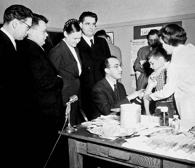 Советская делегация в лаборатории Джонаса Солка наблюдает за тем, как тот делает прививку вакциной Солка. Слева направо: Лев Лукин, Анатолий Смородинцев, Марина Ворошилова, Михаил Чумаков