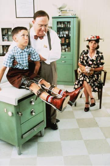 Для снижения нагрузки на позвоночник многие дети, перенесшие полиомиелит, должны были носить специальные скобы для ног – такие, как у главного героя фильма  «Форрест Гамп»
