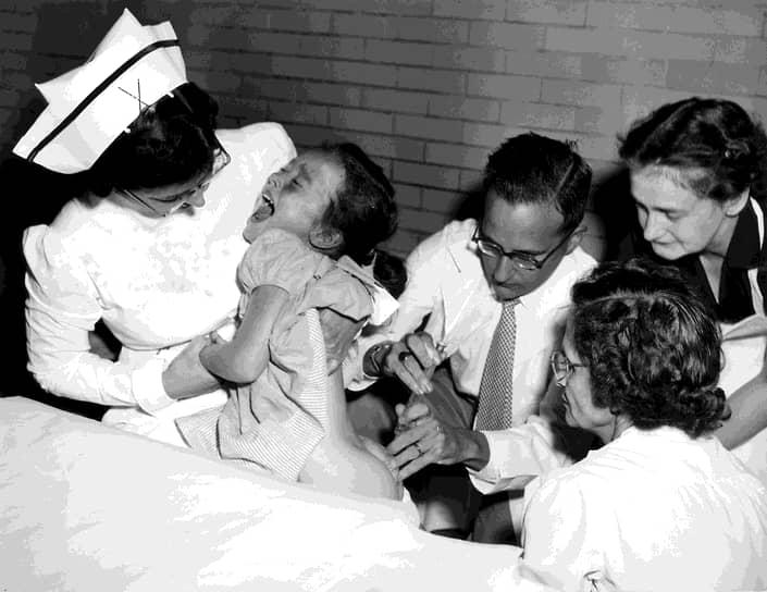 Вакцина Солка вводится с помощью инъекции (на первом фото в центре – Джонас Солк)