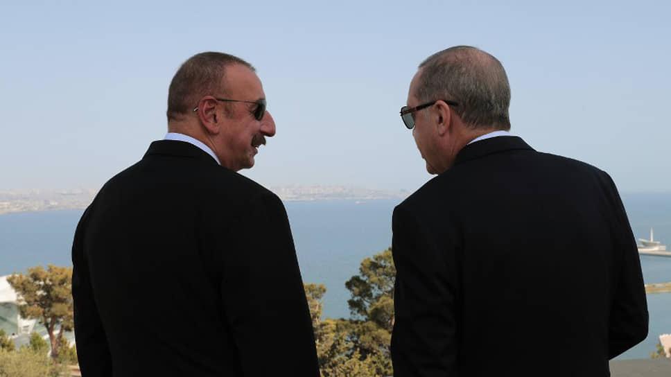 Президент Азербайджана Ильхам Алиев (слева) и президент Турции Реджеп Тайип Эрдоган