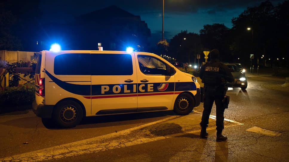 Полиция охраняет улицу, где был застрелен преступник