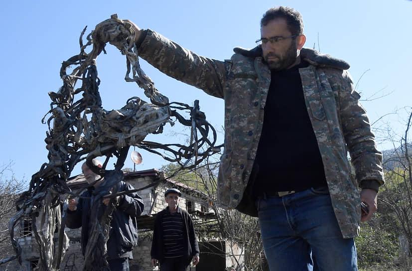 Племянник Юрия Мелкумяна Григорий показывает стропы, которые были привязаны к снаряду