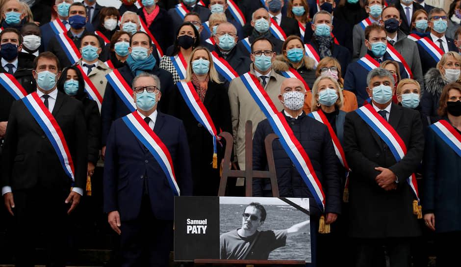 Председатель Национального собрания Франции Ришар Ферран (второй слева) и члены парламента