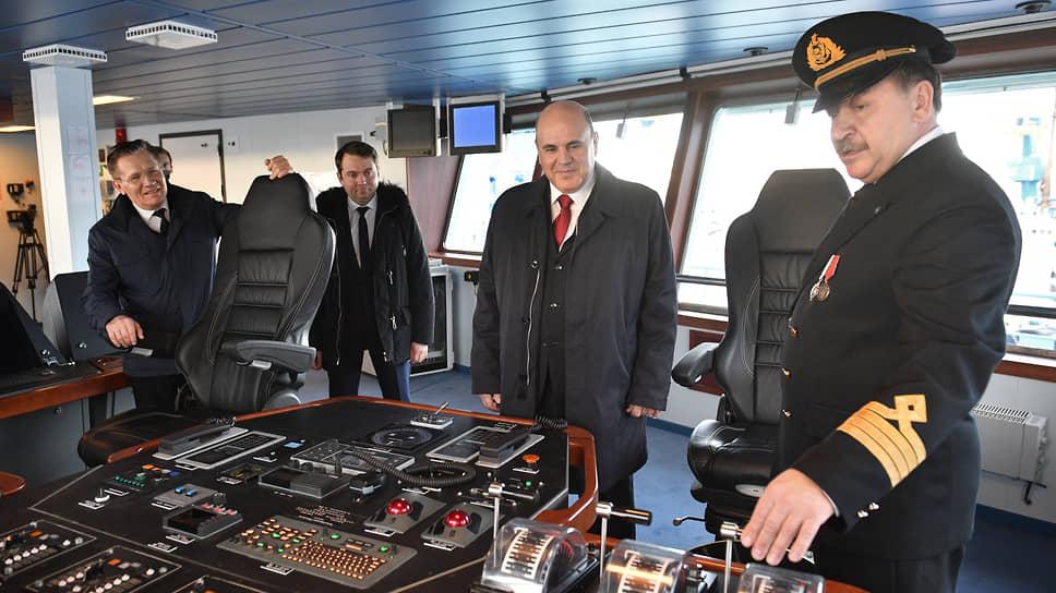 Председатель правительства Михаил Мишустин и капитан «Арктики» Александр Спирин (справа) во время осмотра ледокола