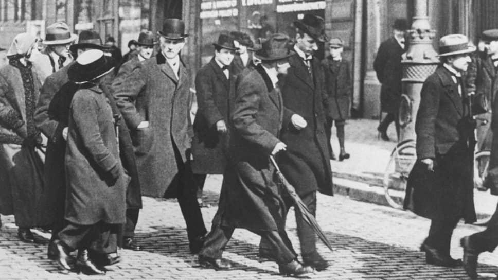«В Стокгольме Ленин и оставшийся пока здесь Радек совещались вчера с крайними отщепенцами социалистической Шведской партии» (на фото — Ленин с соратниками в Стокгольме)