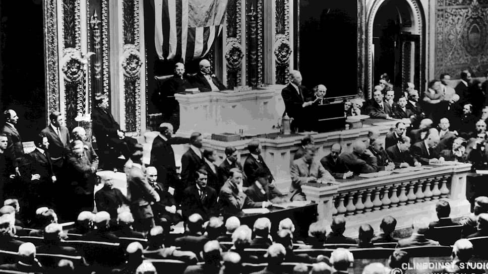 «Наши военные подготовления,— говорил президент Вильсон (на трибуне),— должны как можно меньше препятствовать исполнению нашей обязанности — весьма полезной для нас обязанности — снабжать нации, уже воюющие с Германией»